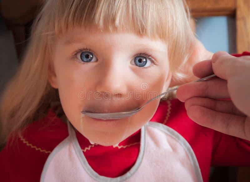 Ребёнок будучи поданным вручную. стоковые фото