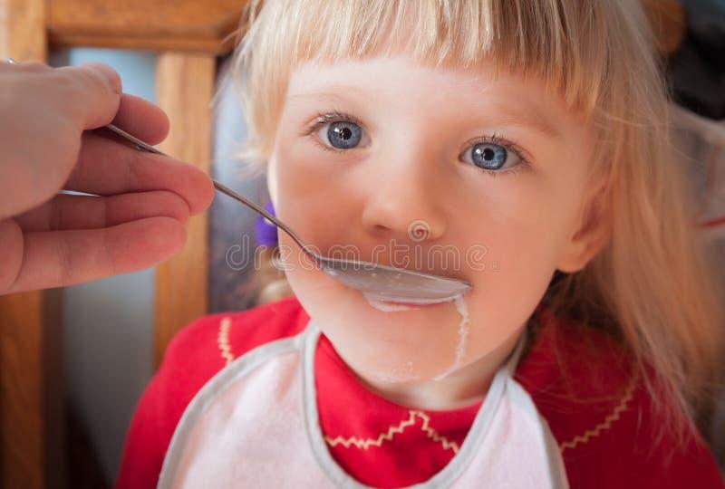 Ребёнок будучи поданным вручную стоковая фотография