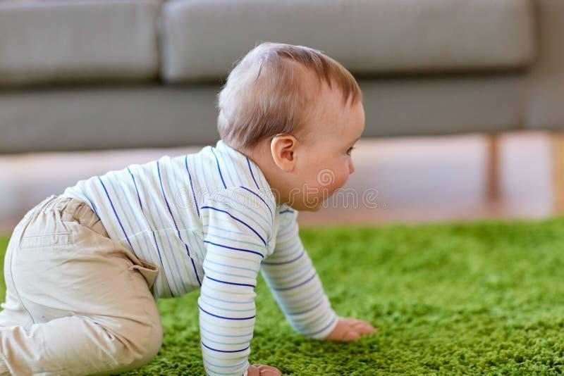 Ребёнок вползая на поле дома стоковое изображение