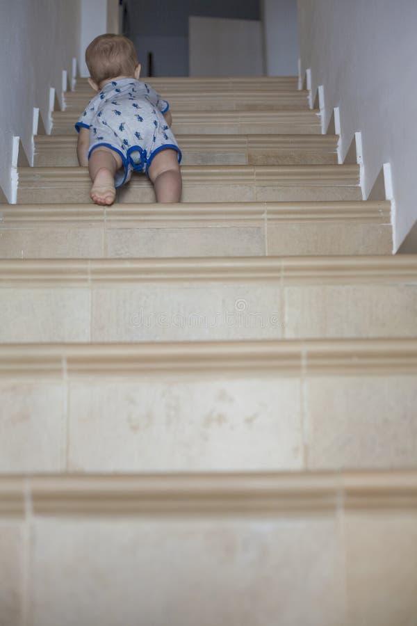 Ребёнок вползая вверх по лестницам стоковые фотографии rf