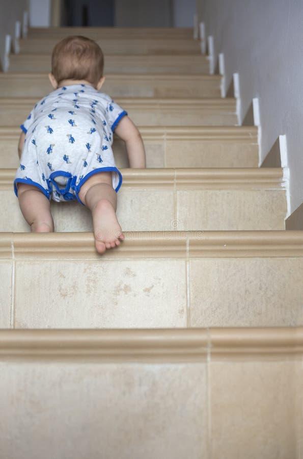 Ребёнок вползая вверх по лестницам стоковые изображения