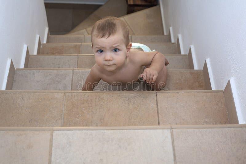 Ребёнок вползая вверх по лестницам стоковые фото