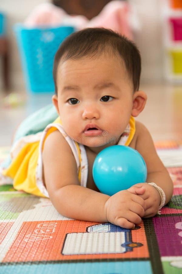 Ребёнок вползая с шариком стоковые фото