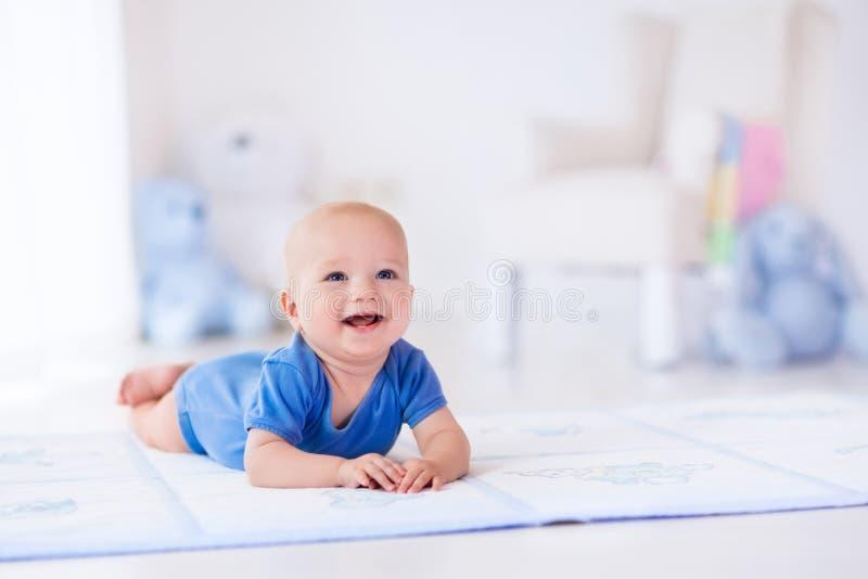 Ребёнок в белом питомнике стоковые изображения