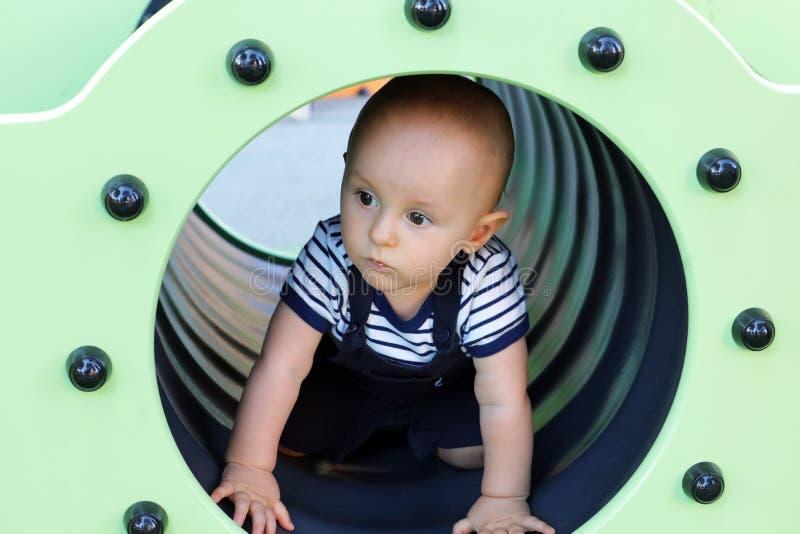 Ребёнок в тоннеле спортивной площадки стоковое изображение