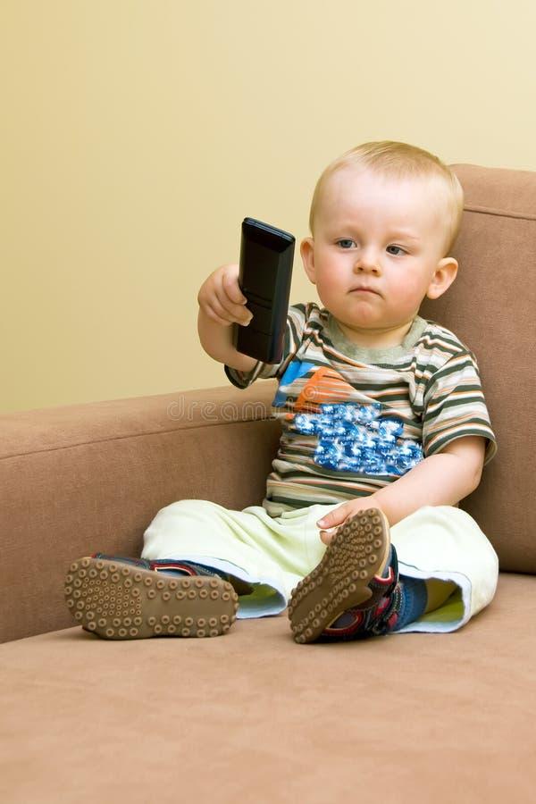 ребёнок дистанционный tv стоковое фото