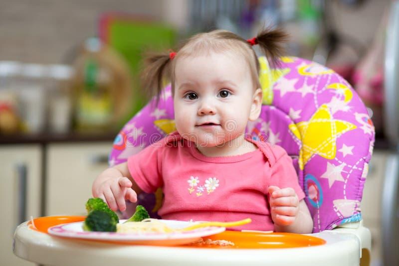 Ребёнок есть брокколи стоковое фото rf