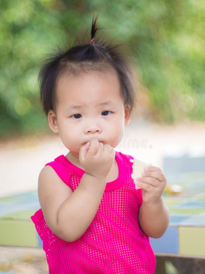 Ребёнок есть закуску стоковая фотография rf