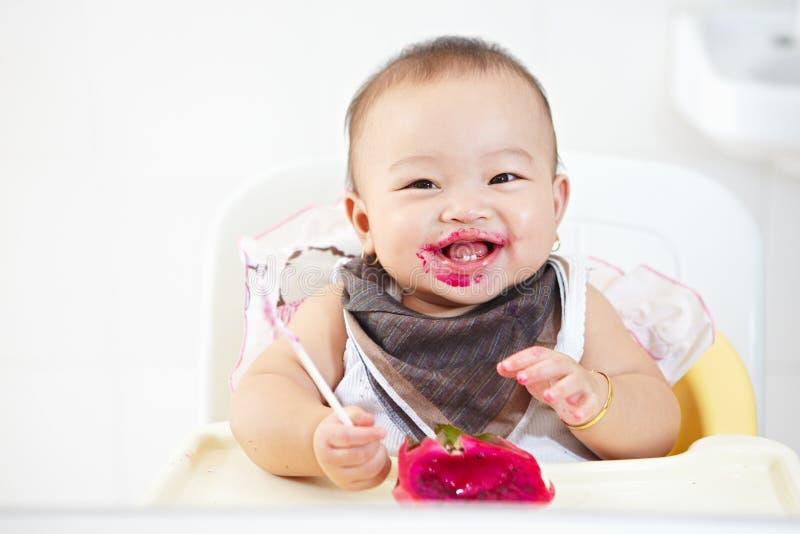 Младенец есть плодоовощ дракона стоковые фотографии rf