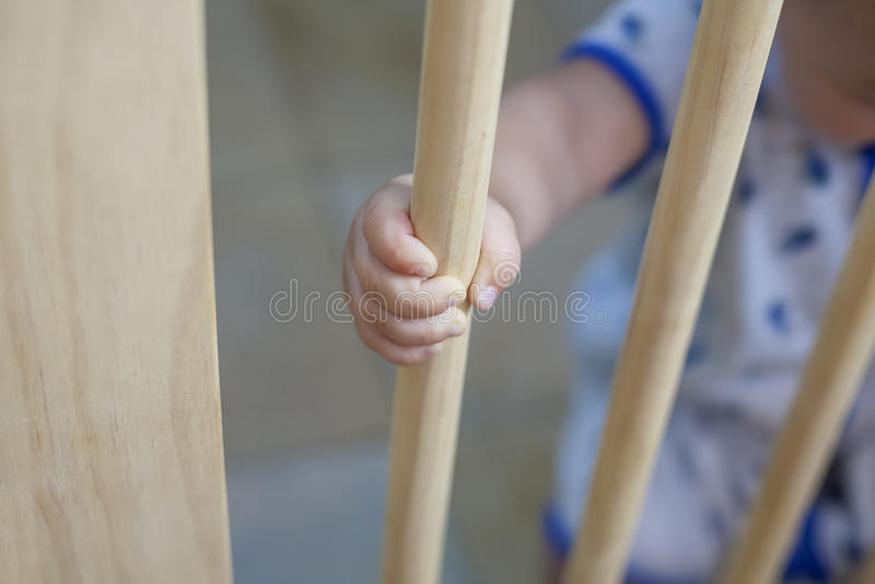 Ребёнок за деревянным стробом безопасности лестниц стоковое изображение rf