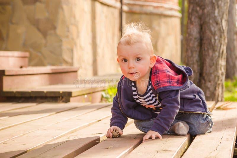 Ребёнок играя в задворк стоковые фотографии rf
