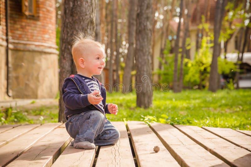 Ребёнок играя в задворк стоковая фотография rf