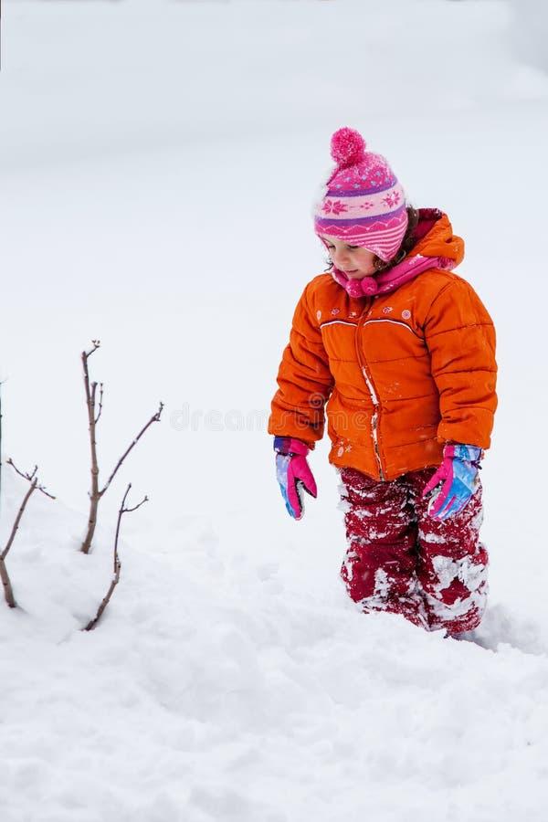 Ребёнок играя в снеге стоковые изображения rf