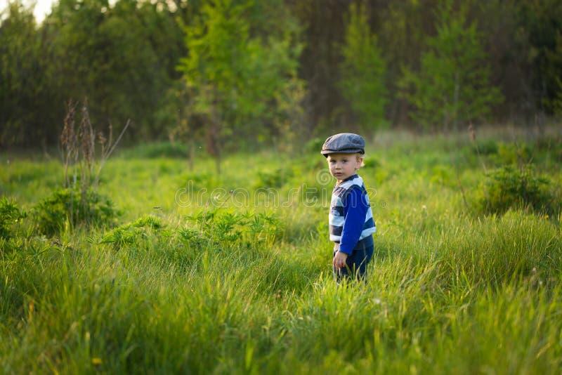 Ребёнок играя на луге стоковая фотография