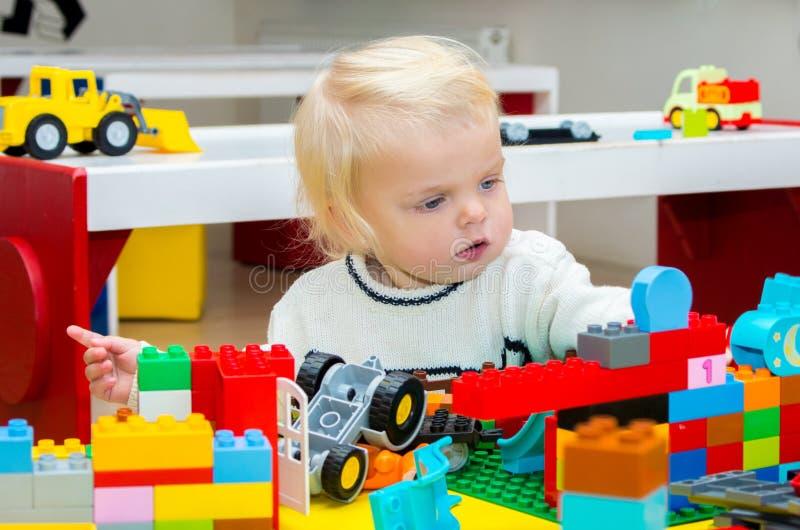 Ребёнок играя с строительными блоками стоковое изображение rf