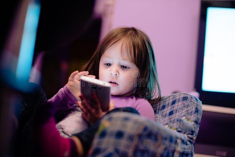 Ребёнок используя умный телефон стоковое фото rf