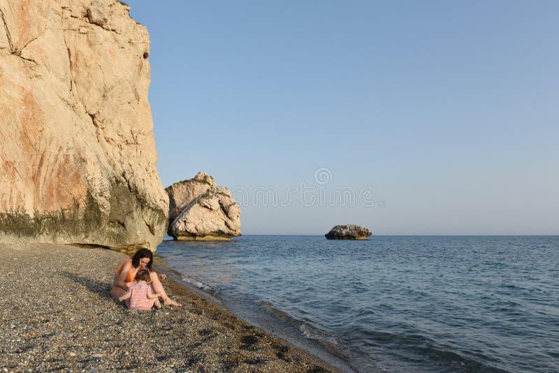Ребёнок малыша играя с ее матерью на пляже стоковое изображение rf