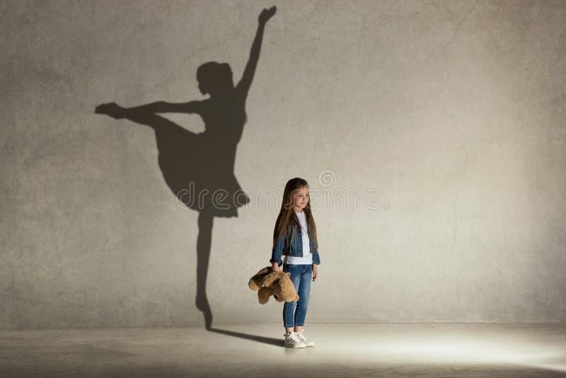 Ребёнок мечтая балет танцев на этапе Концепция детства стоковое фото