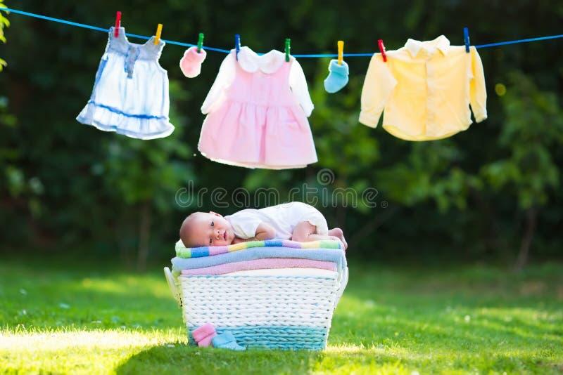 Ребёнок на куче полотенец outdoors стоковые фото