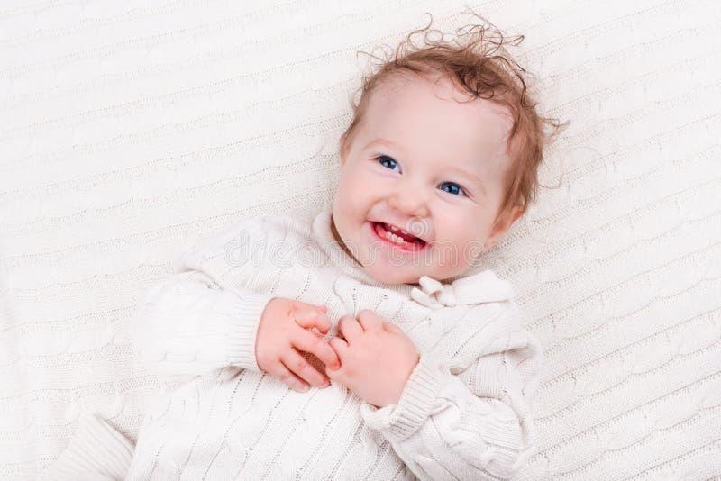 Ребёнок на связанном одеяле стоковые изображения rf