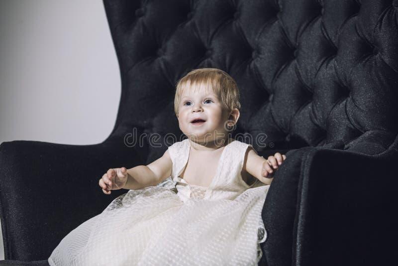Ребёнок немного очень ультрамодное и стильное одетое красивое милое стоковые фото