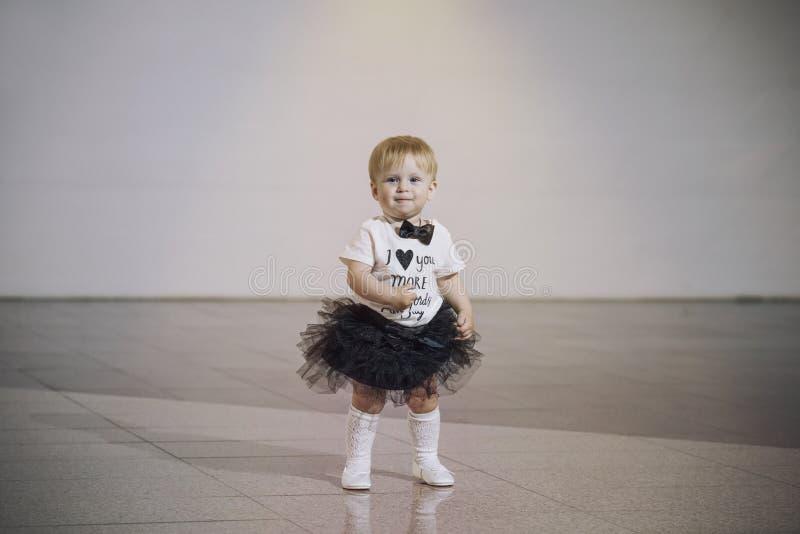 Ребёнок немного очень ультрамодное и стильное одетое красивое милое стоковые изображения