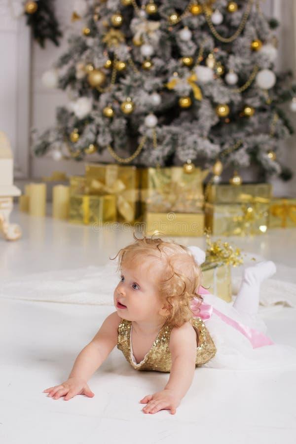 Ребёнок около роскоши украсил рождественскую елку стоковые фото