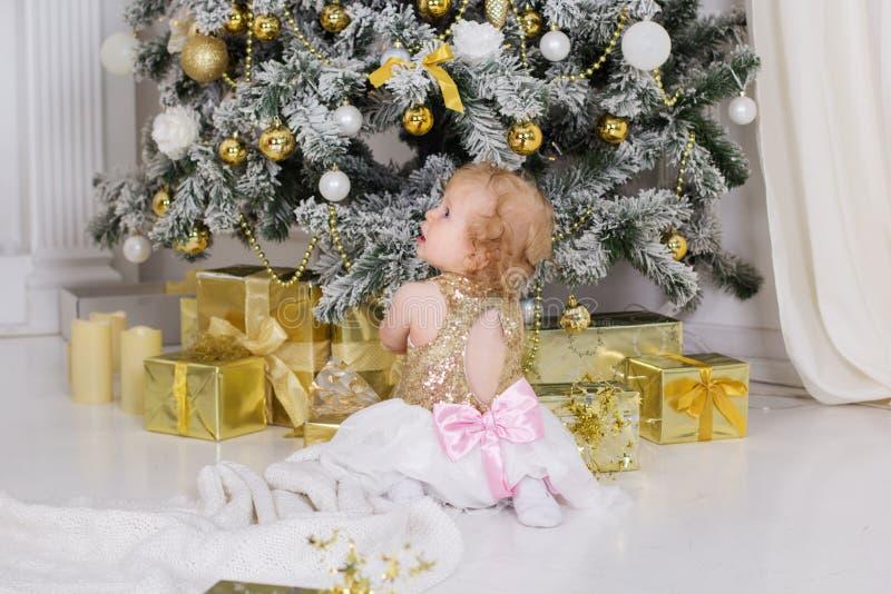 Ребёнок около роскоши украсил рождественскую елку стоковое изображение rf