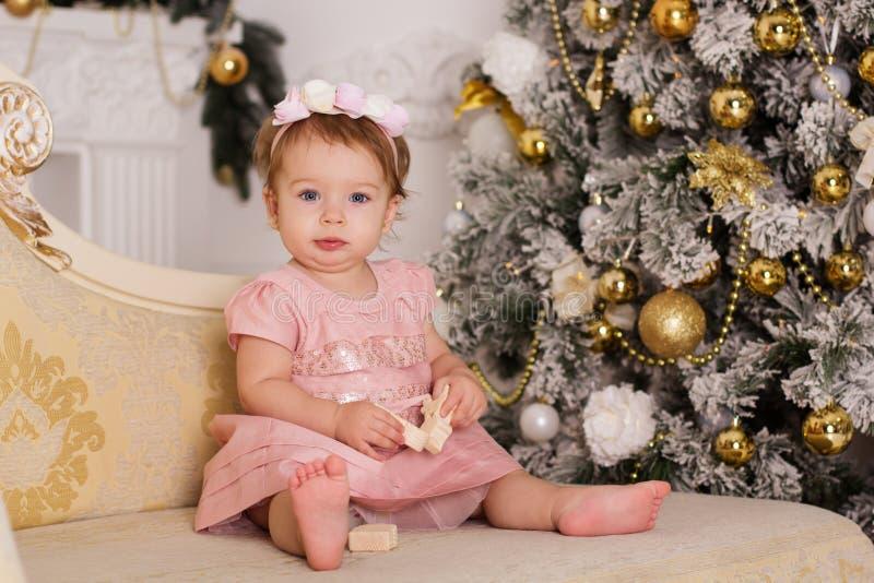 Ребёнок около роскошной рождественской елки стоковые изображения