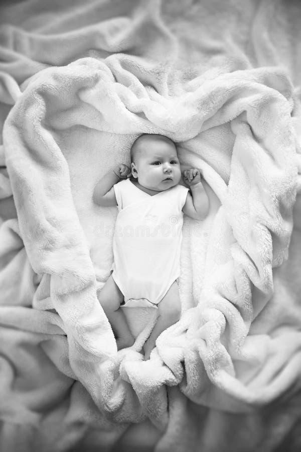 Ребёнок покрытый с белым полотенцем стоковое изображение