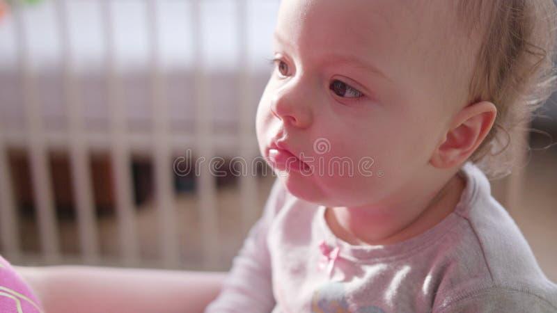 Ребёнок сидя в кровати дома стоковое изображение rf