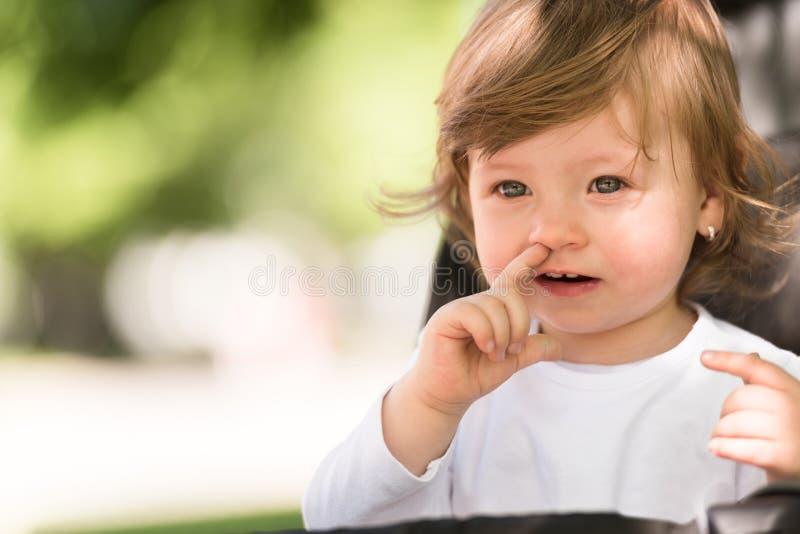 Ребёнок сидя в pram стоковые изображения rf