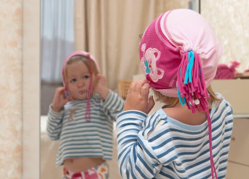 ребёнок смотря зеркало стоковое изображение