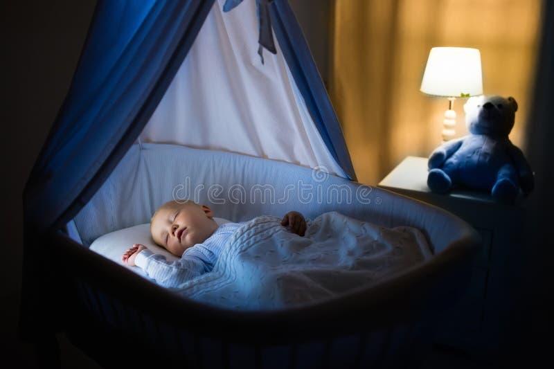 Ребёнок спать на ноче стоковая фотография