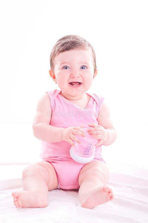 Ребёнок с розовой бутылкой младенца стоковые изображения rf