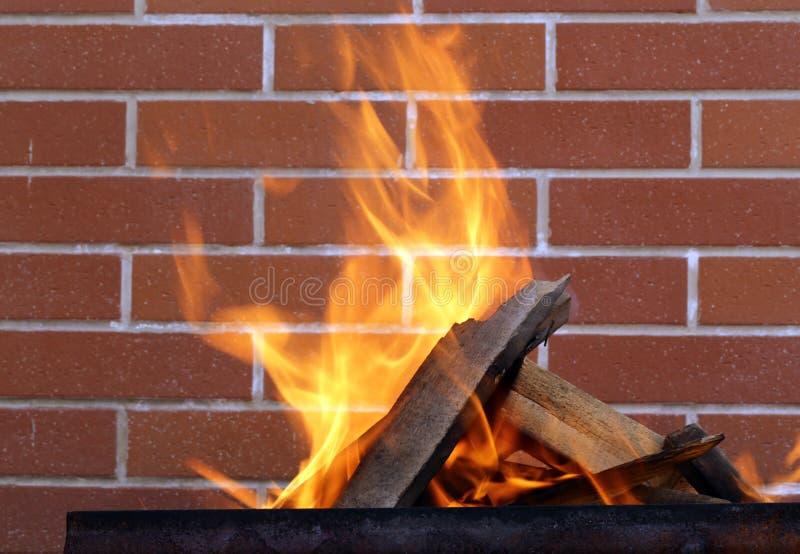 древесина медника горящая стоковое изображение