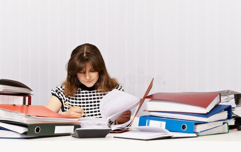 ревизовать бухгалтера финансовохозяйственный подготовляет стоковое изображение