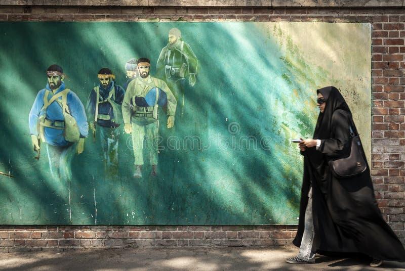 Революционная настенная роспись бойцов в городской улице Иране города Тегерана стоковое фото