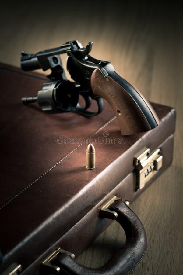 Револьвер с цилиндром открытым и пулей стоковые изображения rf