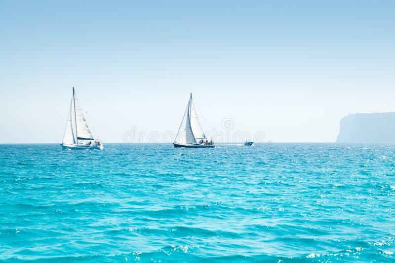 Регата ветрила шлюпок с парусниками в среднеземноморском стоковое изображение