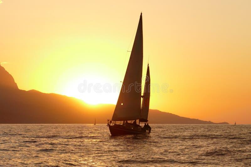 Регата плавания на заходе солнца стоковые изображения