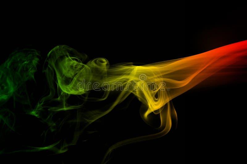 регги кривых и волны дыма предпосылки красит зеленый, желтый, красная покрашенная в флаге музыки регги стоковые изображения