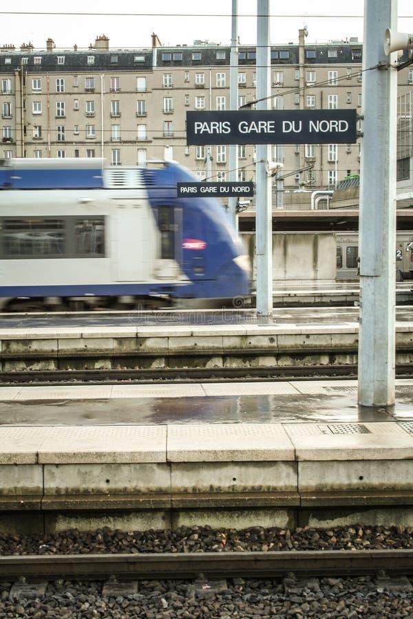 Региональный поезд входя в вокзал Парижа Gare du Nord на основных платформах с влиянием нерезкости скорости стоковые фото
