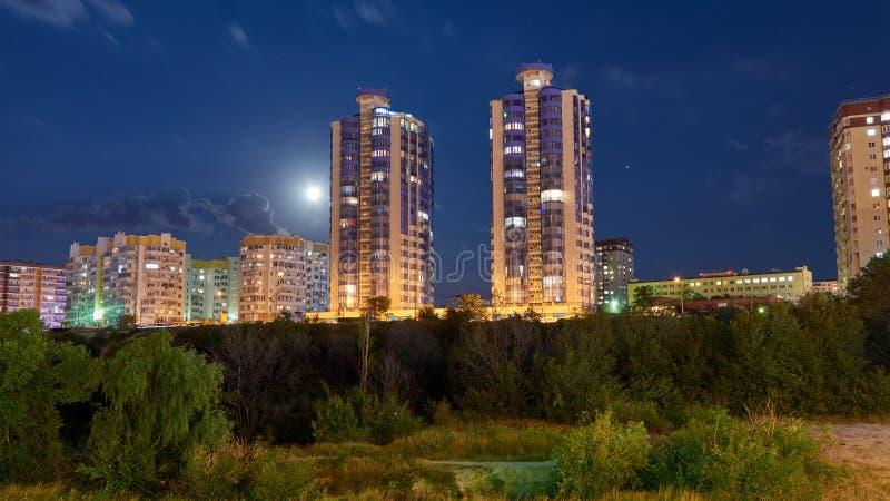 Регион Novorossiysk Krasnodarskiy города ночи стоковая фотография