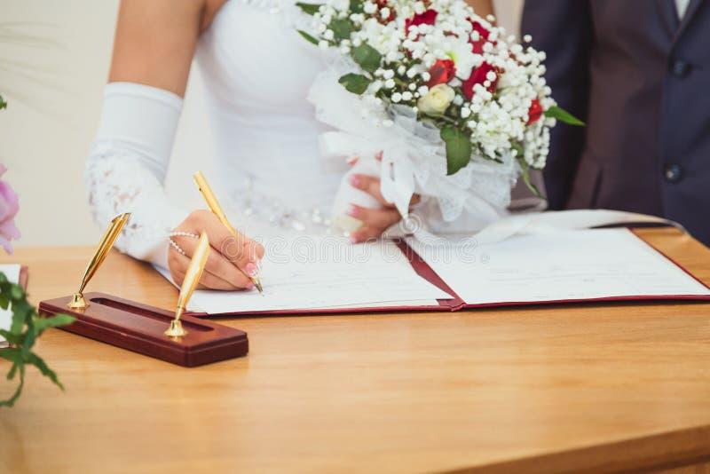 Регистр замужества свадьбы подписания стоковые изображения