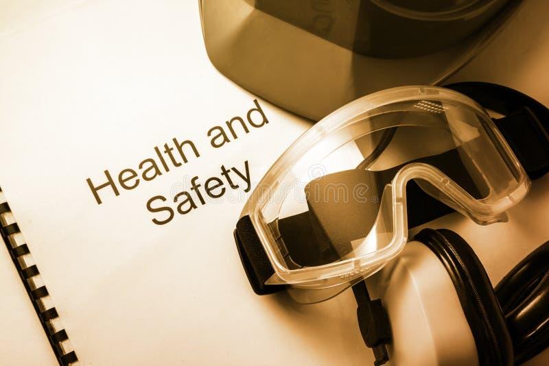 Регистр с изумлёнными взглядами и шлемом стоковое фото rf
