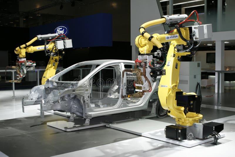 регулировать сваривать промышленных роботов hyundai стоковое изображение