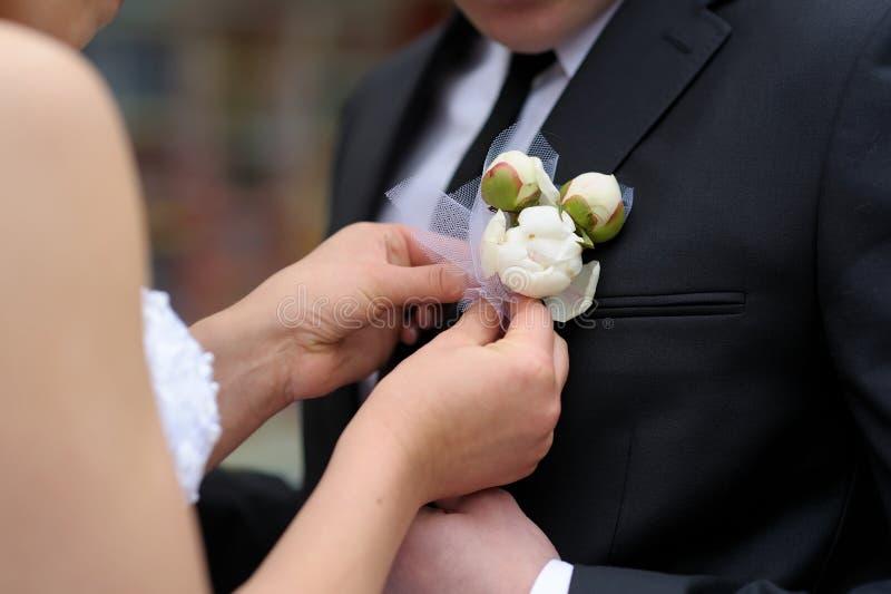 регулировать groom s невесты boutonniere стоковая фотография rf