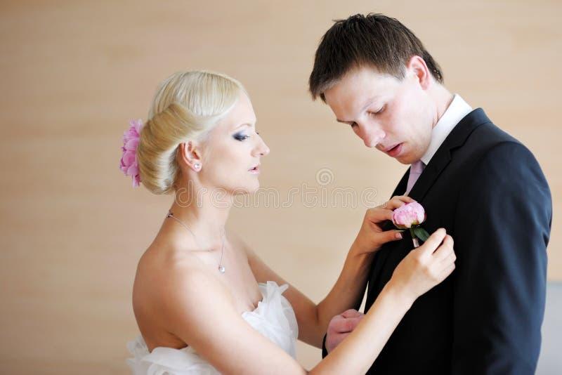 регулировать groom s невесты boutonniere стоковое изображение rf