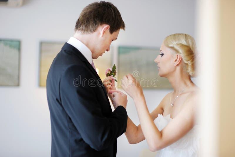 регулировать groom s невесты boutonniere стоковая фотография